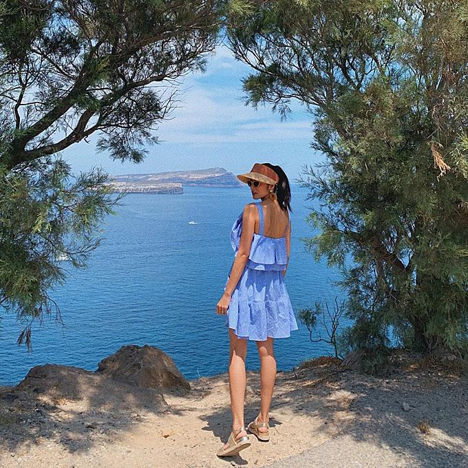 Trạm dừng chân của gia đình nổi tiếng là đảo Santorini trứ danh. Thay vì chen chúc ở những điểm check in quá đông du khách, cả nhà đã tìm ra những góc ảnh thần thánh không hề đụng hàng. Hai chị em Tiên Nguyễn và Hà Tăng đều tranh thủ chụp cho nhau ở studio độc đáo này.