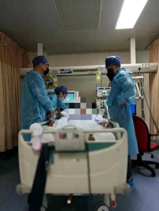 Xiao Xiao Ying được cấp cứu trong bệnh viện ở Hàn Châu, tỉnh Chiết Giang, Trung Quốc. Ảnh: Asiawire.