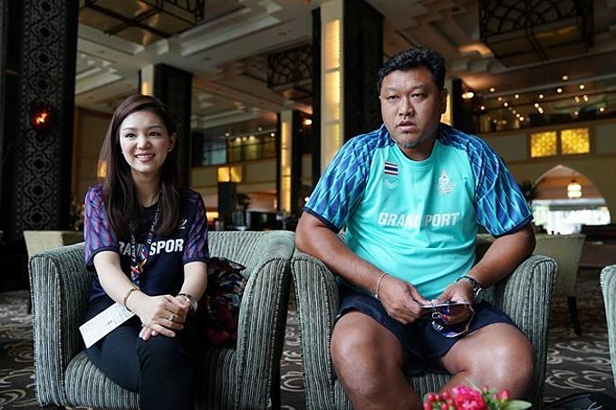 HLV Woorawut (phải) mất ghế HLV Thái Lan năm 2018.