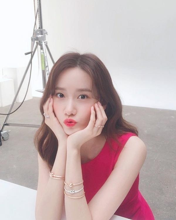 Ở tuổi 29, Yoona vẫn duy trì được nhan sắc tươi tắn như thời đôi mươi một phần nhờ làn da hồng hào, căng mọng.