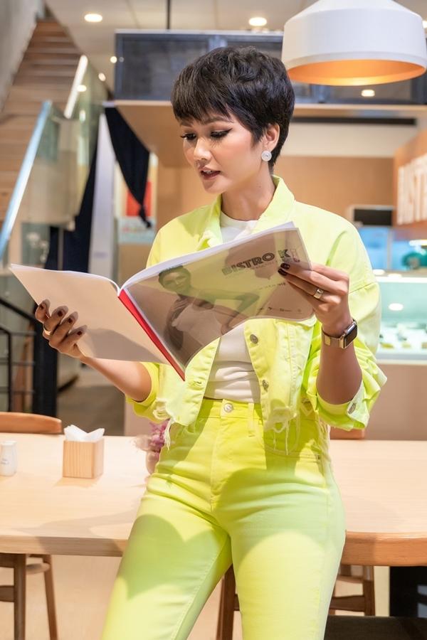 Hoa hậu HHen Niê là khách mời tập 7 talkshow Quán ăn hạnh phúc. Cô nghiên cứu kịch bản kỹ lưỡng trước khi ghi hình.