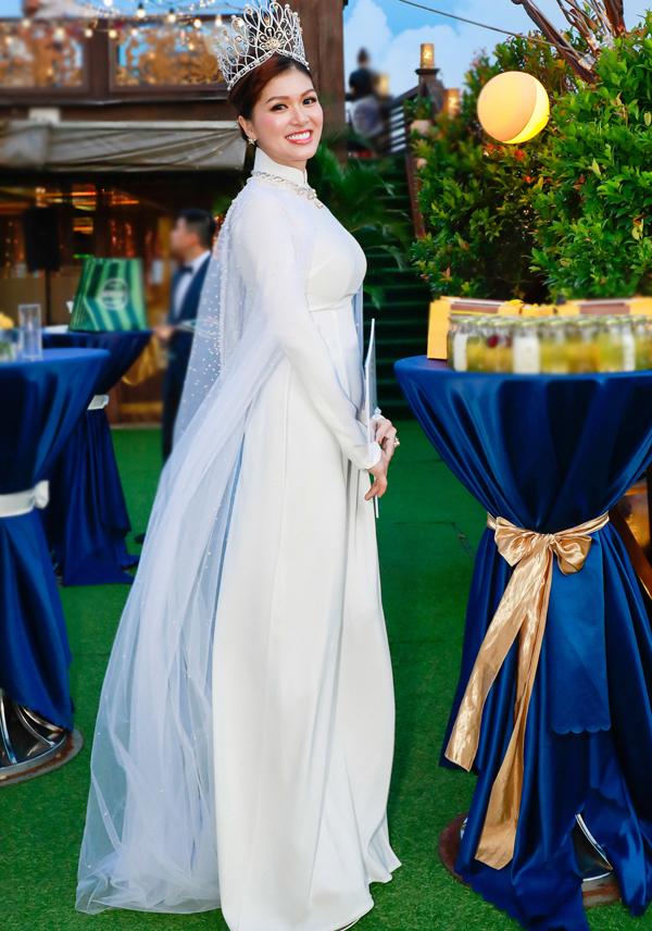 Oanh Yến diện áo dài trắng của nhà thiết kế Đinh Văn Thơ trong buổi tiệc mừng ngôi vị mới. Bà mẹ 5 con đăng quang Queen of Beauty World 2019 tổ chức tại Hàn Quốc hồi đầu tháng 7.
