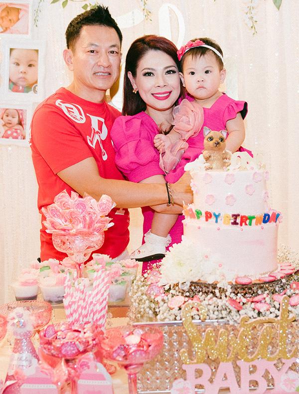 Vợ chồng Thanh Thảo tổ chức lễ thôi nôi tràn ngập gam hồng đáng yêu cho con gái đầu lòng.