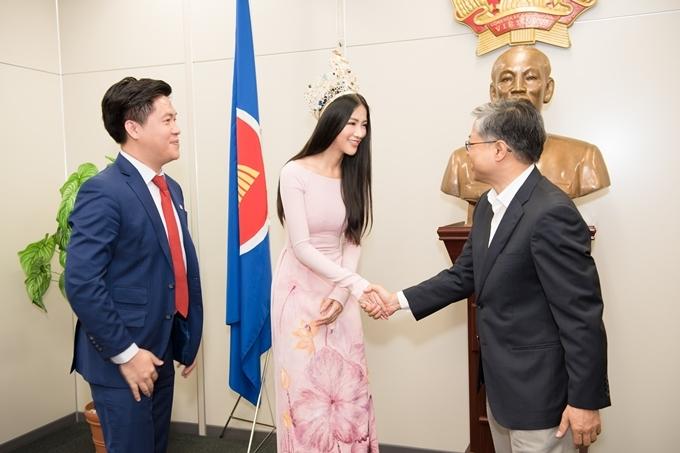 Phương Khánh khoe vẻ nền nã trong tà áo dài họa tiết hoa sen của nhà thiết kế Đinh Văn Thơ. Cô chào hỏi, giao lưu cùng các quan chức tại lãnh sự quán.