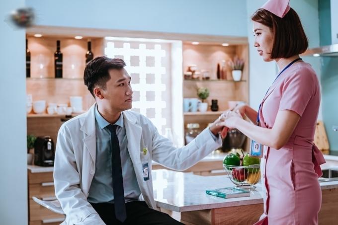 Đóng cặp với Thúy Ngân là diễn viên Xuân Nghị trong vai bác sĩ Dũng. Dũng luôn khắt khe với Minh San vì nghi ngờ cô là kẻ giả mạo trà trộn vào bệnh viện. Minh San cũng không có cảm tình với Dũng, dẫn đến những tình huống tranh cãi vui nhộn.