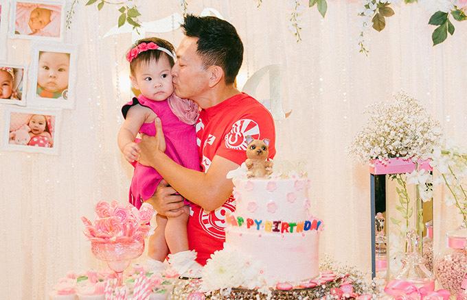 Ông xã của nữ ca sĩ hạnh phúc khi gặp lại con gái. Trong tiệc sinh nhật lần một tổ chức ở Việt Nam, anh Tom Han không về dự được vì bận công việc ở Mỹ.