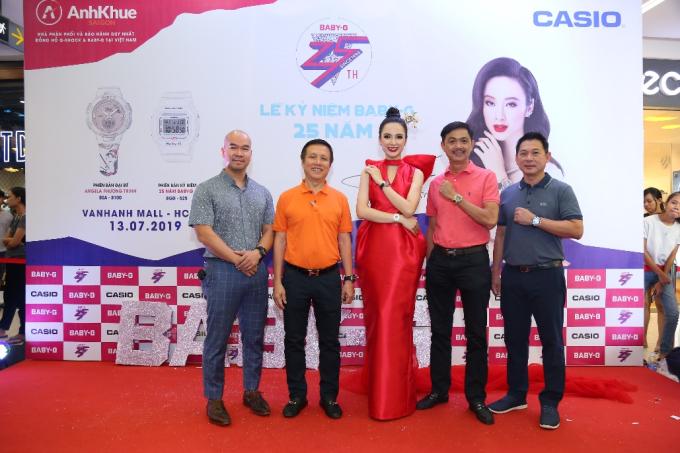 Đồng hồ Casio Baby-G có mặt tại Việt Nam cách đây 20 năm và đã xây dựng chỗ đứngtrên thị trường, được đông đảo giới trẻ yêu thích. Ông Nguyễn Xuân Dũng (thứ 5 từ trái qua) - Người sáng lập kiêm Chủ tịch HĐTV Công ty Anh Khuê Sài Gòn chính là người đầu tiên mang thương hiệu này đến với người tiêu dùng Việt.