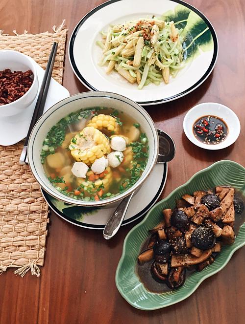 Với một bữa ăn phong cách Việt, Yumi kết hợp cơm (gạo lứt hoặc gạo huyết rồng) với rau, món mặn và canh. Tuy nhiên, mỗi món cô đều có bí quyết riêng để tạo nên hương vị đặc trưng và giữ được vị ngọt tự nhiên của thực phẩm.Yumi cho biết: Rau màu xanh đậm luộc hoặcxào cùng thịt bò hay tôm, không nêm nhiều gia vị. Món mặn được gia giảm đậm đà hơn một chút để dùng nước sốt đótrộn với cơm hoặc chấm rau hay khi kho thêm một ngày vẫn không bị ngán. Tôi không sử dụng gia vị đóng hộp để nấu canh và dùng chính rau, củ hầm lấynước dùng. Chẳng hạn, tôi hầm 7-8 loại củ để có nước dùng Daishi rồi bỏ thêm tôm, thịt bằm vào nấu chung; nếu nấu cùng cá thì cho thêm một số rau gia vị khử mùi tanh.Cuối cùng, trong bữa ăn của gia đình Yumi Dương luôn có nước ép hoặc món tráng miệng là hoa quả, tránh các món chè và đồ tráng miệng có nhiều đường.