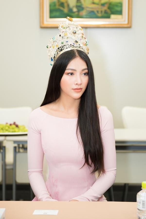 Hoa hậu Trái đất 2018 nghe giới thiệu về tình hình người Việt sinh sống tại Nhật.