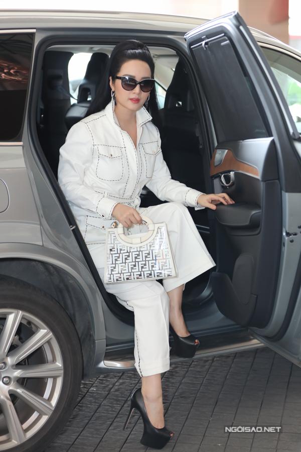 Hoa hậu Đền Hùng - Giáng My chọn nguyên cây trắng và ngồi xe sang khi đi sự kiện.