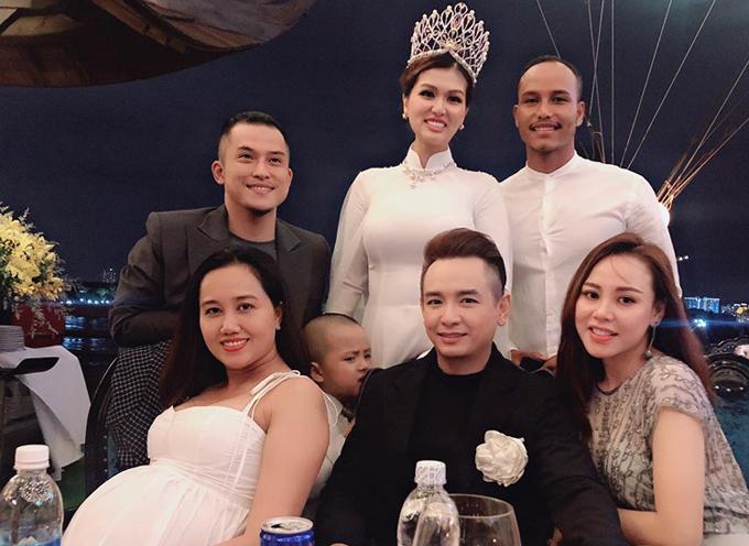 Buổi tiệc còn có ca sĩ Việt Quang (ngồi giữa), diễn viên David Phạm (áo sơmi trắng) tham dự.