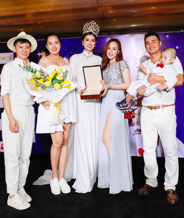 Chồng Oanh Yến bế con trai thứ ba chụp ảnh cùng vợ và bạn bè của cô. Hai người chung sống hơn 3 năm nhưng chưa tổ chức đám cưới.