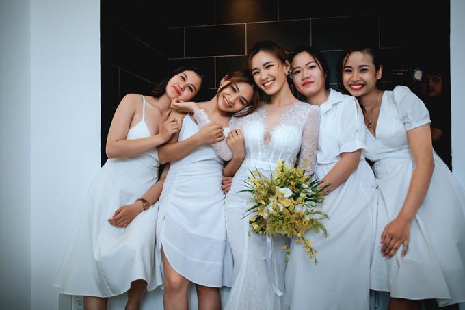 Cô dâu diện váy renđuôi cá còn phù dâu diện váy trắng tối giản.
