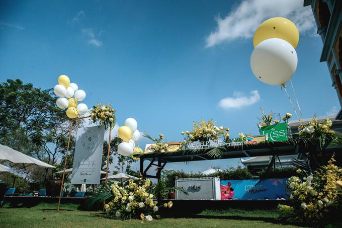 Khu vực làm lễ được trang trí với bóng bay tông trắng - vàng và hoa tươi.