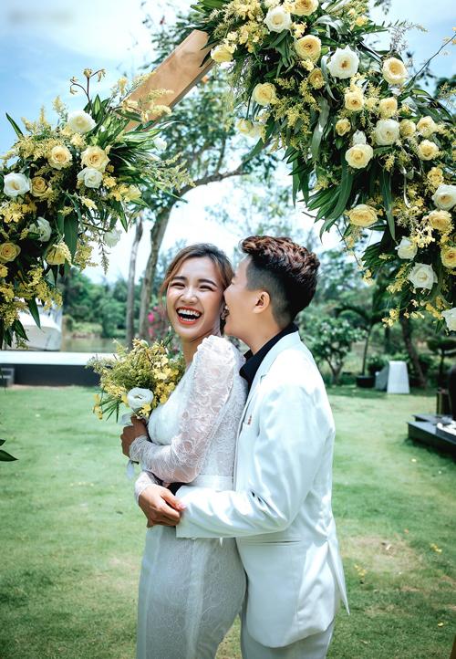 Uyên ương bén duyên từ một dự án phim mà trong đó Yun Bin là đạo diễn còn Tú Tri là diễn viên. Cả hai đã có 1 năm rưỡi tìm hiểu trước khi tiến tới hôn nhân.