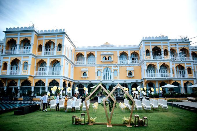 Uyên ương chọn tông vàng trắng cho lễ thề nguyện, khuyến khích khách mời mặc tông màu trắng, tạo sự hài hòa về màu sắc cho buổi lễ.