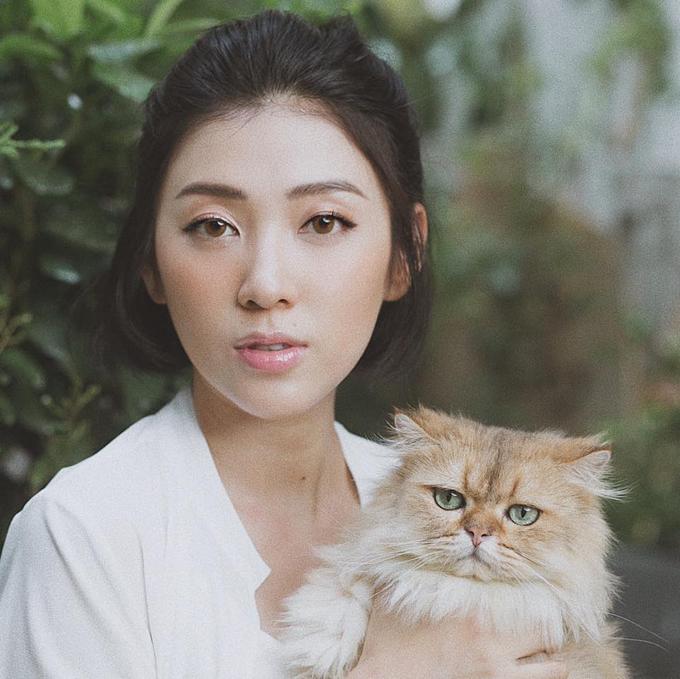 MC Yumi Dương tên thật là Dương Diễm My, sinh năm 1990, được biết đến lần đầu trong phim Kính Vạn Hoa. Cô từng là MC của các kênh truyền hình VTV, HTV, Yan TV vàchương trình The Voice 2013. Cuối năm 2018, Yumi kết hôn với ông xã Việt kiều sau 3 năm hẹn hò. Cô đang mang thai con gái đầu lòng và bên cạnhkinh doanh, cô dành phần lớn thời gian để chăm sóc bản thân, gia đình.