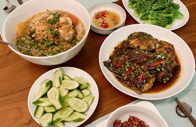 Thực đơn mỗi bữa của vợ chồng Yumi đều gồm 3-4 món nhưng chưa bao giờ cô thấy chán nản với chuyện nấu nướng. Cô bảo kể cả có mệt một chút xíu nhưng khi ăn những món ngon thì cũng đều cảm thấy công sức bỏ ra rất xứng đáng.
