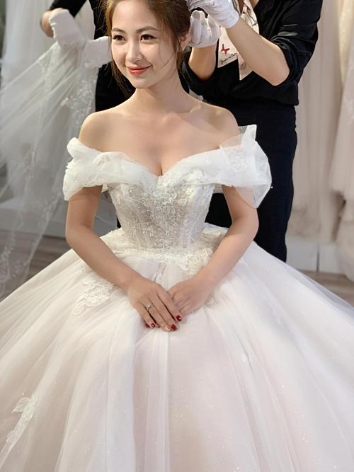 Cùng là dáng váy xòe bồng bềnh nhưng bà tiên váy cưới cho biết mỗi thiết kế đều được điểm xuyết hoặc cách điệu một vài chi tiết để mang hơi thở của thời trang đương đại cũng như thể hiện rõ cá tính của cô dâu.
