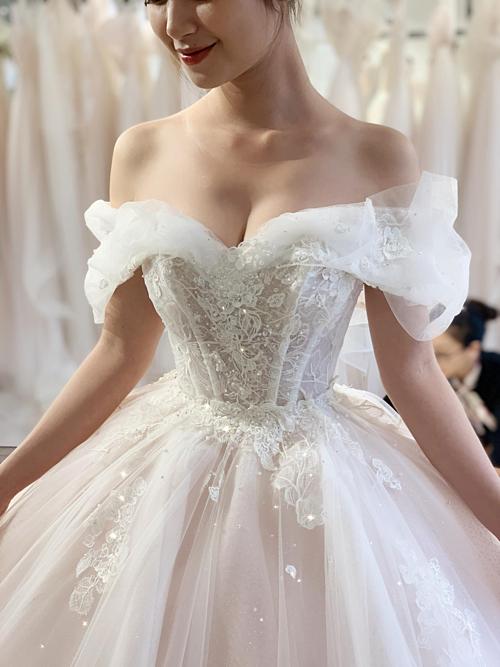 Nhà thiết kế Phương Linh cho biết, chiếc váy cưới Cinderella này được thực hiện trong 380 giờ với các công đoạn thủ công tỉ mỉ. Sẽ rất tuyệt nếu cô dâu kết hợp cùng vương miện đính đá thanh thoát và một chiếc khoăn voan dài có hoa văn đồng điệu với váy cưới.