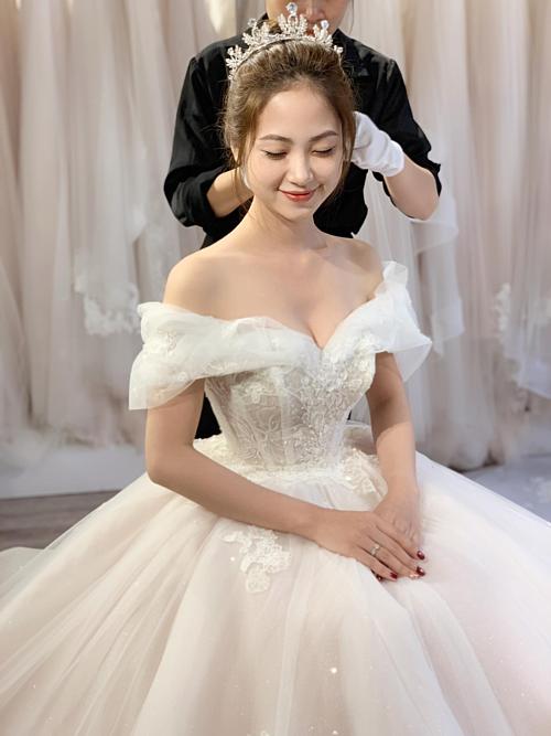 Thiết kế được may hoàn toàn bằng ren nhập Pháp, phần tùng váy có một lớp ren dệt kim tuyến, tăng độ bắt sáng khi cô dâu bước vào lễ đường.