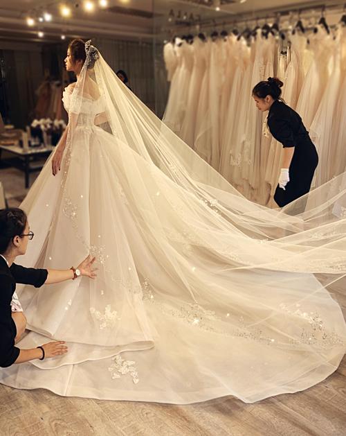 Đây là mẫu váy dành riêng cho một cô dâu ở Hà Nội. NTK Phương Linh kể lại rằng trong giây phút đầu tiên mà mẹ cô dâu nhìn thấy con gái mặc váy cưới, cả hai đã rơi nước mắt vì xúc động và hạnh phúc.