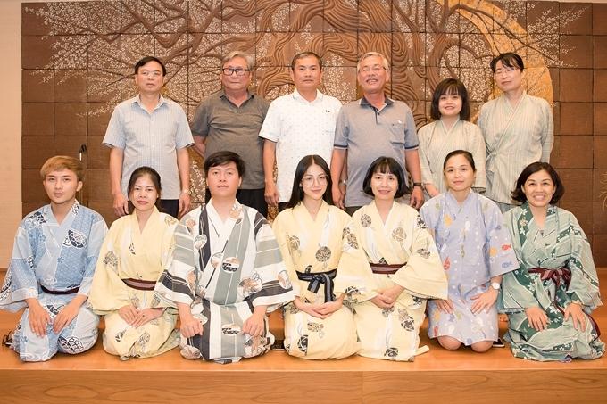 Người đẹp diện Kimono - trang phục truyền thống của phụ nữ Nhật Bản - khi tham gia buổi giao lưu cùng các thầy cô trong đoàn.