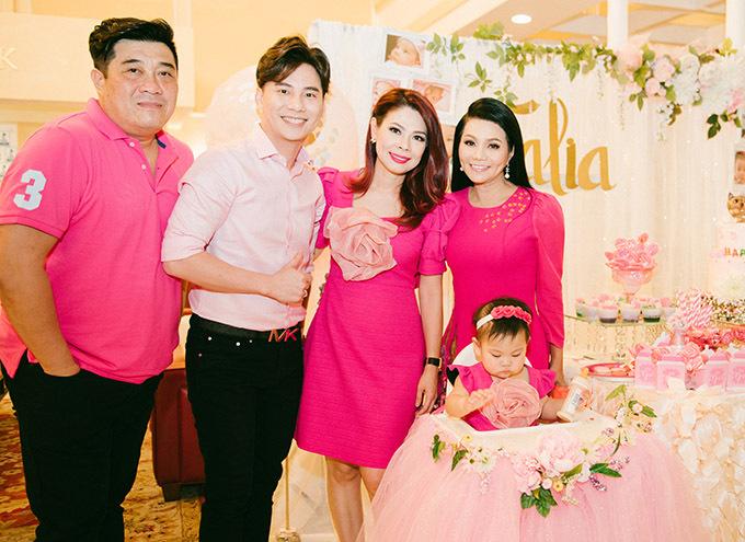 Nghệ sĩ cải lương Ngọc Huyền (ngoài cùng bên phải) đến chung vui cùng gia đình Thanh Thảo.