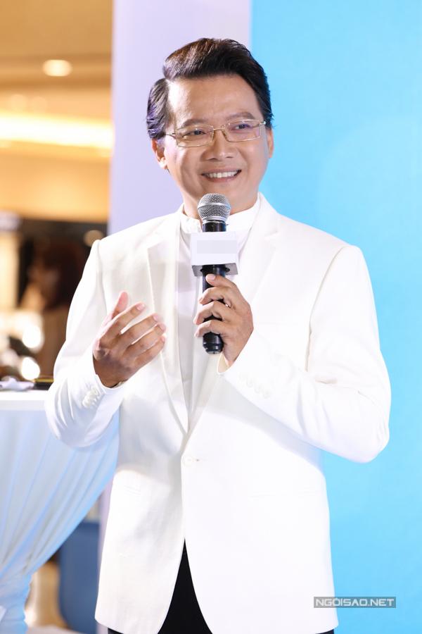 MC Phước Lập dẫn dắt họp báo.