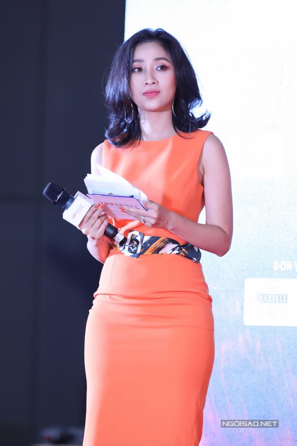 MC Liêu Hà Trinh dẫn dắt họp báo.