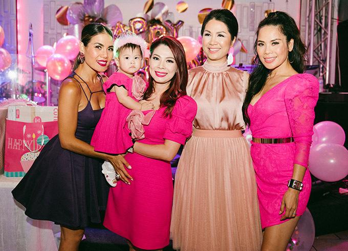 Chị em ca sĩ Trúc Lam - Trúc Linh (váy đen và váy hồng bên phải) chúc thiên thần nhỏ của Thanh Thảo hay ăn, chóng lớn.