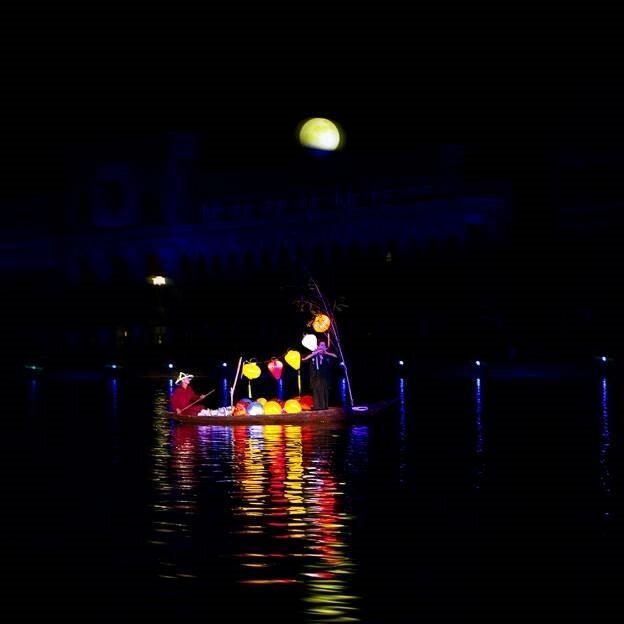 Chở trăng về bến: Phong cảnh hữu tình và không kém phần hiện đại của Hội An xưa – nay hiện lên huyền ảo khi ánh trăng tròn ngày rằm mọc lên trên những dãy lâu đài nguy nga. Bóng trăng soi trên dòng nước giữa những dòng thuyền tấp nập hàng hóa là một khung cảnh say đắm lòng người.