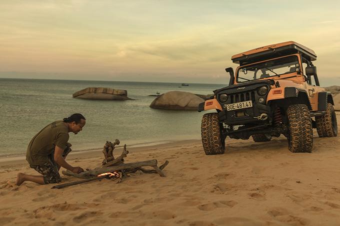Khi quay MV này, Thái Thùy Linh bất chấp mạo hiểm để cầm lái chiếc xe jeep vượt đồi cát tại Phan Thiết. Ngoài ra, cô còn phải cắn răng chịu đau vì sứa cắn.