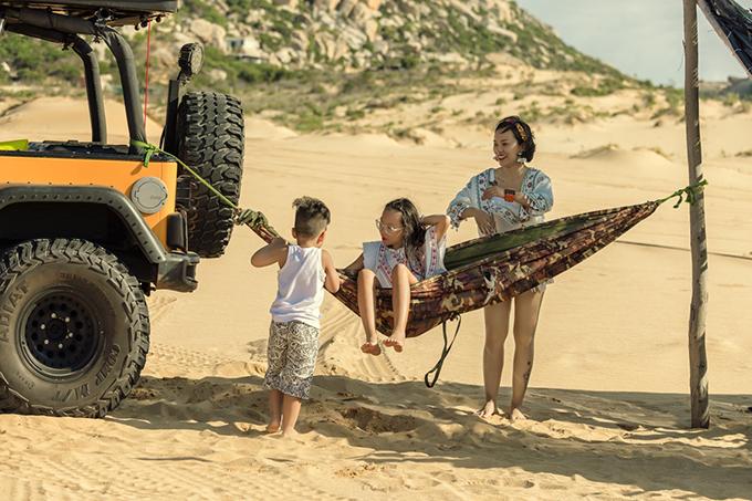 Tham gia cùng Thái Thùy Linh trong MV này là hai con của cô. Hai bé theo mẹ khám pháMũi Dinh (Phan Thiết) và rất thích thú với cảnh sắc nơi đây.