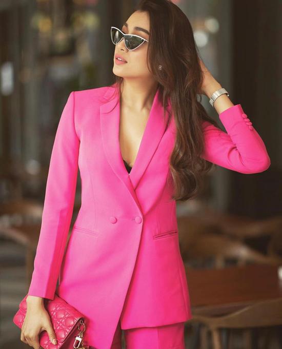 Suit hồng đậm chất bánh bèo nhưng vẫn giúp Lệ Hằng toát lên nét hiện đại nhờ phom dáng đẹp nhờ khâu cắt may tinh tế.