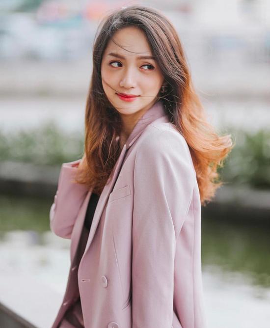 Cùng với áo đen dễ phối đồ, áo kẻ sọc đúng xu hướng, Hương Giang còn chọn thêm gam hồng để tôn nét nữ tính cho phong cách dạo phố.