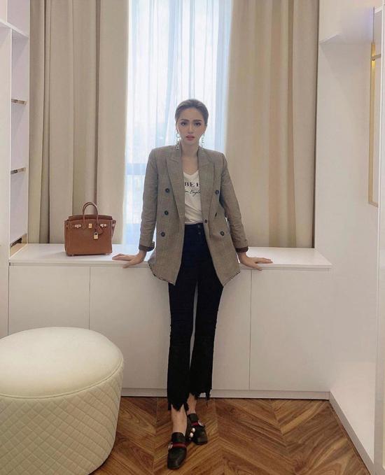 Khi diện vest, Hương Giang lại tìm đến sự tiện lợi và đơn giản với lối mix áo thun, jeans. Set đồ giúp cô tiện lợi di chuyển và khi đi du lịch ở các miền đất có khí hậu lạnh hơn so với Sài Gòn.