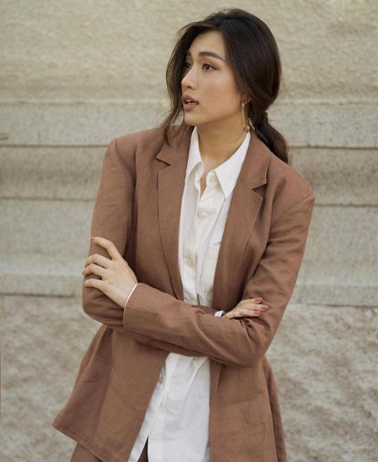 Á hậu Lệ Hằng với hình ảnh đúng mực của quý cô văn phòng, bởi cách phối vest thanh lịch cùng các mẫu sơ mi phom dáng đơn giản.