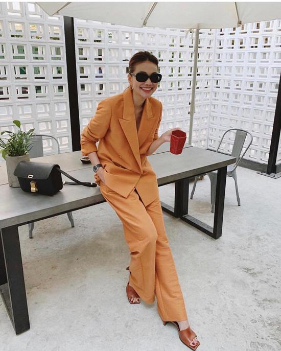 Ngoài việc phối blazer với jeans, cách diện suit theo đúng trào lưu thời trang thịnh hành của Thanh Hằng cũng đáng để học hỏi.