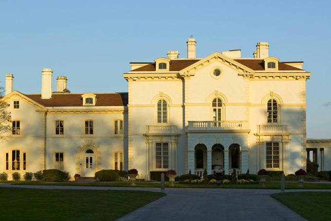 Năm 2010, Ellison đã chi 10,5 triệu USD mua biệt thự ở thành phố Newport, bang Californiavà chi thêm hơn 100 triệu USD để biến nó thành một bảo tàng nghệ thuật. Sau đó, ông tiếp tụcmua thêm ba bất động sản xung quanh trên Đại lộ Bellevue của Newport.