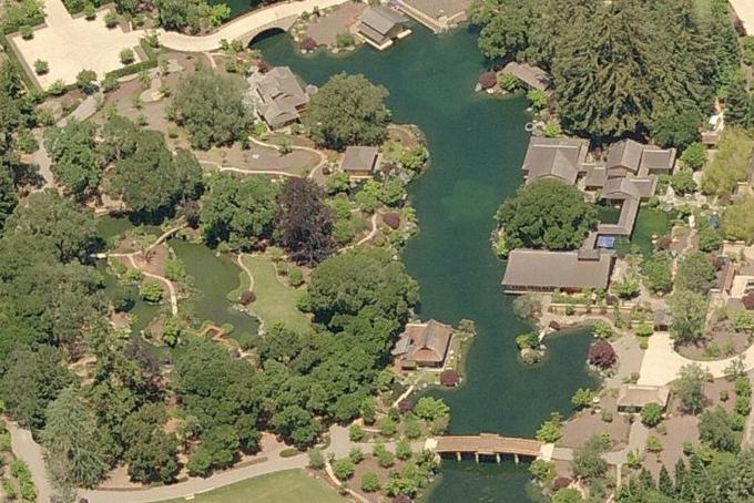 Năm 1995 Ellison đã mua mộtbất động sản rộng hơn 9 hectaở thị trấn Woodside, bang Californiavới giá 12 triệu USD. Sau đó ông mất thêm 9 năm cùng 200 triệu USD đểthiết kế và xây dựng nơi ở của mìnhtheo mô phỏngcung điện hoàng gia Nhật Bản thế kỷ 16.