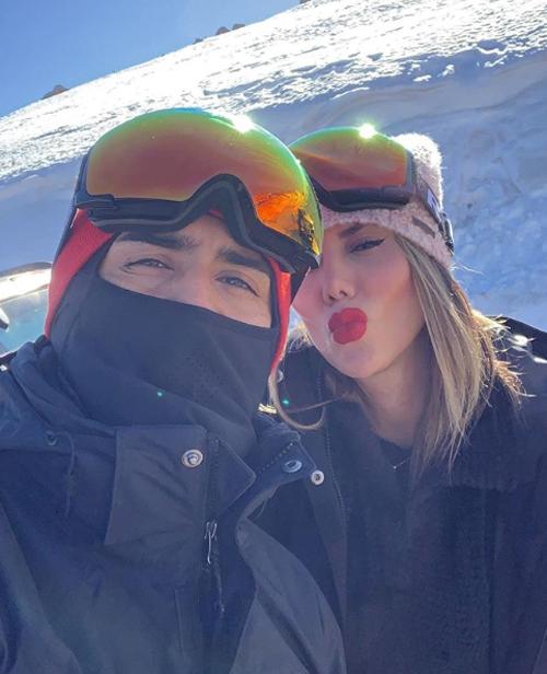Ngay sau đó, hai người đều hé lộ ảnh chụp trên núi tuyết, thay vì đi biển như các đồng nghiệp.