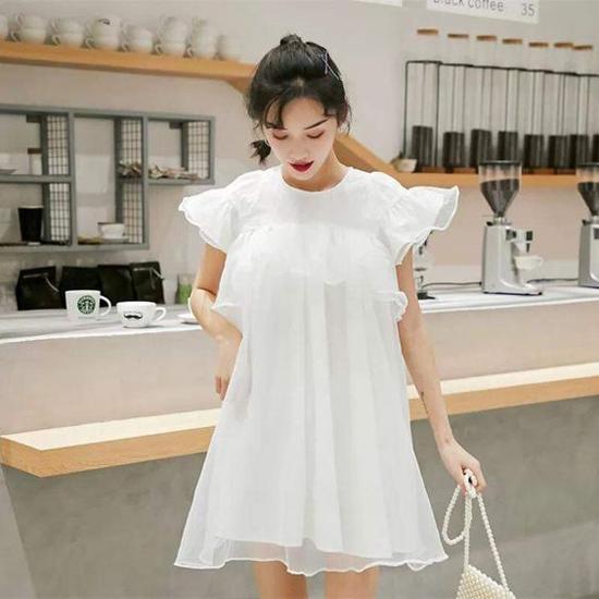 Váy dáng cánh bướm trên tông trắng được trang trí bèo nhún và phần tay lửng. Kết hợp cùng mẫu trang phục điệu đà này, các nàng có thể chọn lựa thêm phụ kiện túi ngọc trai.