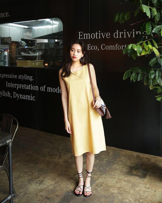 Váy suông kiểu sát nách rất dễ mix đồ để đi dạo phố. Tuy nhiên nếu có phần bắp tay hơi to thì bạn nên cân nhắc kỹ khi chọn kiểu váy này.