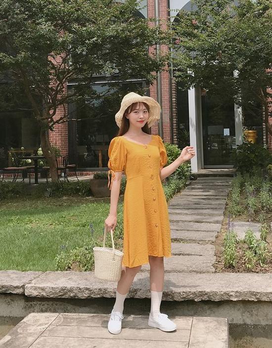 Váy đính nút thanh lịch theo dòng vintage cũng là một trong món đồ được săn lùng ở mùa hè thu. Để set đồ trở nên hoàn hảo hơn, phái đẹp đừng bỏ qua các phụ kiện gần gũi với thiên nhiên như mũ tan, túi cói.