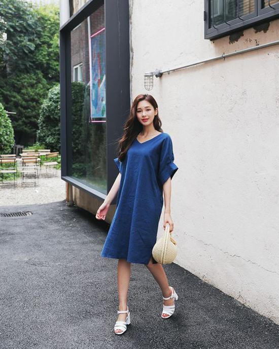 Đầm vải linen vẫn chứng tỏ sức thu hút của mình ở xu hướng hè 2019. Đặc biệt trong đó là các mẫu váy rộng thùng thình tạo cảm giác tự do và thoáng mát.