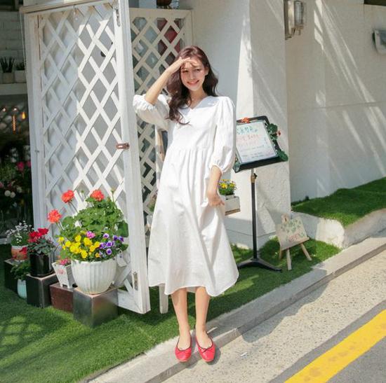 Váy trắng tay bồng, phần eo được xếp ly nhẹ nhàng là món đồ dành riêng cho các bạn gái yêu phong cách tiểu tư. Mix cùng dòng váy này là các kiểu giày búp bế, giày đế bệt.
