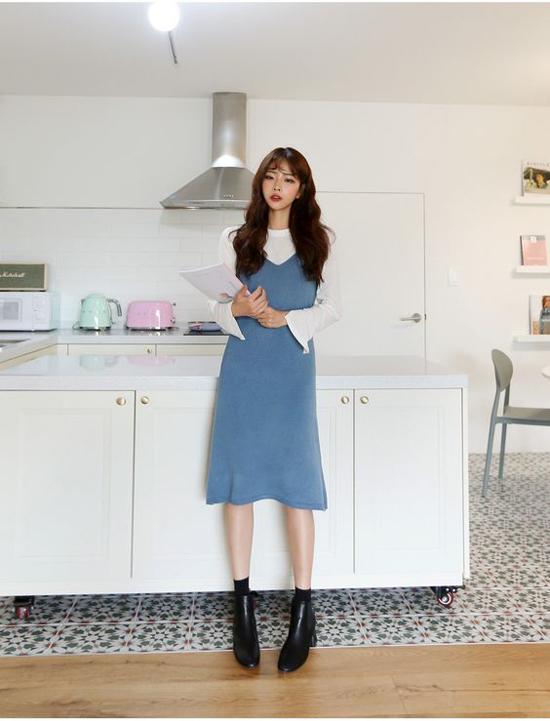 Mix váy hai dây cùng các mẫu áo thun kiểu dáng đơn giản không quá mới mẻ. Nhưng chúng vẫn chiếm được cảm tình của phái đẹp bởi tính ứng dụng cao.