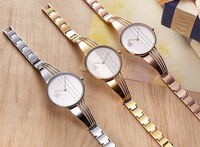 Mẫu đồng hồ Shengke Korea K0062L-02 gồm 3 màu đồng, vàng và trắng, dây 15mm, mặt đồng hồ đường kính 33mm. Sản phẩm giảm giá còn 699.500 đồng (giá gốc 1,399 triệu đồng), tặng đồng hồ Led. Shengke Korea là thương hiệu đồng hồ nữ đến từ Hàn Quốc. Thương hiệu được giới trẻ xứ kim chi ưa chuộng nhờ thiết kế trẻ trung, hiện đại. Nhà máy sản xuất quy mô lớn được đặt tại Trung Quốc với năng lực sản xuất đáp ứng nhu cầu của khách hàng trên thế giới.