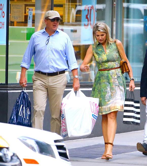 Vua Willem-Alexander xách túi to túi nhỏ đưa vợ đi bát phố New York hôm 17/7. Ảnh: Backgrid.